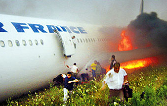 People and their belongings exit a burning Air France jet in Toronto, 2005. (Eddie Ho, Toronto Star)